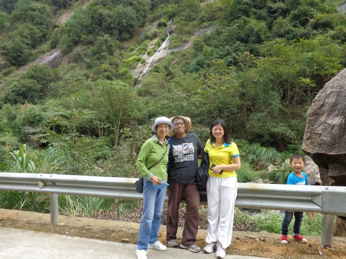 Out for walk with Se Cheng church members Jane Wang (green) and Lin (yellow).